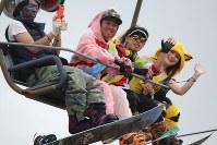 Snowboarders wave from a lift at the Yeti ski resort in Susono, Shizuoka Prefecture, on Oct. 21, 2016. (Mainichi)