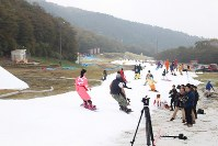 Snow currently only covers 8- to 12-meter wide strips of slope at the Yeti ski resort in Susono, Shizuoka Prefecture, on Oct. 21, 2016. (Mainichi)