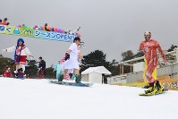 Snowboarders dressed up in costumes are seen at the Yeti ski resort in Susono, Shizuoka Prefecture, on Oct. 21, 2016. (Mainichi)