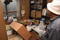 A man's study is seen at a home in Kurayoshi, Tottori Prefecture, after a major earthquake struck the prefecture on Oct. 21, 2016. (Mainichi)