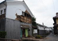 A building whose wall has partially collapsed is seen in Kurayoshi, Tottori Prefecture, on Oct. 21, 2016. (Mainichi)