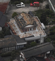 The roofs of houses in Kurayoshi, Tottori Prefecture, are seen with tiles missing following a powerful quake in the prefecture on the afternoon of Oct. 21, 2016 in this photo taken from a Mainichi aircraft. (Mainichi)