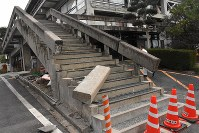 損壊した階段の手すり=倉吉市で2016年10月21日午後3時54分、園部仁史撮影