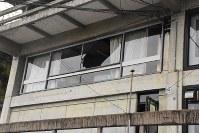 割れた窓ガラス=倉吉市で2016年10月21日午後3時46分、園部仁史撮影