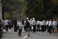 駐車場に避難する市職員=倉吉市で2016年10月21日午後3時55分、園部仁史撮影