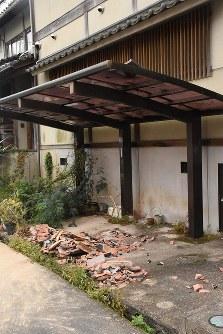 割れた屋根瓦=倉吉市で2016年10月21日午後4時17分、園部仁史撮影
