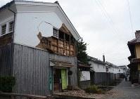 壁が崩れた赤瓦3号館=倉吉市で2016年10月21日午後4時38分、李英浩撮影