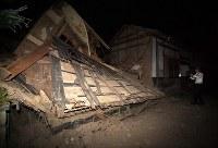 地震で倒壊した建物=鳥取県北栄町で2016年10月21日午後6時56分、山崎一輝撮影