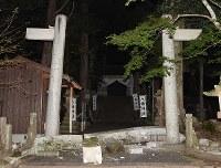 地震で落ちた神社の鳥居=鳥取県倉吉市で2016年10月21日午後7時半、三浦博之撮影