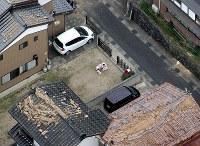 地震で散乱する瓦。中央右には乳児がカバンなどと共に避難していた=鳥取県倉吉市で2016年10月21日午後4時7分、本社ヘリから貝塚太一撮影