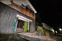 崩れた倉吉白壁土蔵群の白壁=鳥取県倉吉市で2016年10月21日午後7時8分、小関勉撮影
