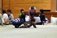 避難所で遊ぶ子供たち=鳥取県倉吉市の成徳小学校で2016年10月21日午後6時37分、小関勉撮影