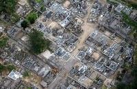 地震で倒れた墓石=鳥取県倉吉市で2016年10月21日午後4時29分、本社ヘリから貝塚太一撮影