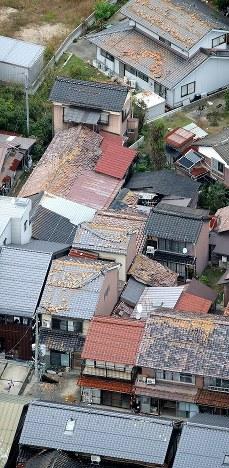 瓦屋根に被害が出た家屋=鳥取県倉吉市で2016年10月21日午後4時28分、本社ヘリから貝塚太一撮影