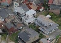 瓦屋根に被害が出た家屋=鳥取県倉吉市で2016年10月21日午後4時38分、本社ヘリから貝塚太一撮影