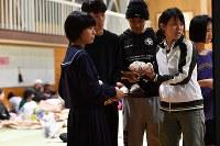 避難所で、夕食として配られたおにぎり=鳥取県倉吉市の成徳小学校で2016年10月21日午後9時、小関勉撮影