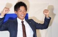 オリックスから1位指名を受け、ガッツポーズを見せる山岡泰輔投手=東京都大田区の東京ガス大森グラウンド横のクラブハウスで2016年10月20日、大迫麻記子撮影