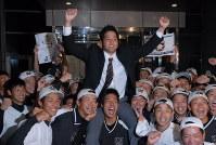 日本ハムから3位指名を受け、チームメートに担がれて祝福を受ける九産大の高良(中央)=福岡市の九産大で2016年10月20日午後6時55分、吉見裕都撮影