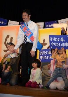 個人演説会で、支援を受ける市民団体のメンバーに囲まれる米山隆一氏=新潟県上越市で10日、柳沢亮撮影