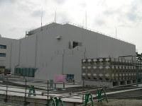 建設中の新しい緊急時対策所の建屋=御前崎市の中部電力浜岡原発で
