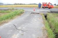陥没した道路=鳥取県湯梨浜町で2016年10月21日午後3時17分、李英浩撮影