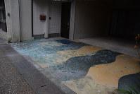 ガラス片が散らばった白壁土蔵群付近の建物=鳥取県倉吉市で2016年10月21日午後4時0分、李英浩撮影