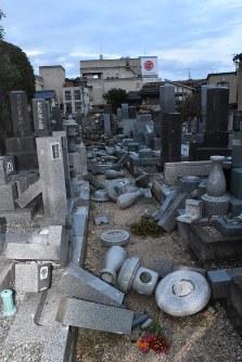 崩壊した墓石=鳥取県倉吉市で2016年10月21日午後5時12分、園部仁史撮影