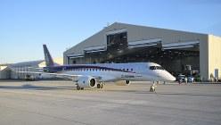 専用の格納庫前に駐機したMRJ=米西部モーゼスレークで竹地広憲撮影