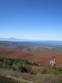 八甲田の山々の紅葉のじゅうたんの向こうに見える岩木山=青森市で2016年10月19日、足立旬子撮影