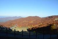 「蔵王中央ロープウェイ」の鳥兜駅から見える紅葉=山形市で2016年10月19日、野間口陽撮影