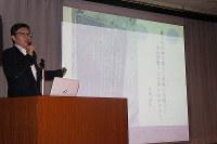 木村久夫さんの取材を始めたきっかけやその遺書に込められた思いなどを説明した加古陽治・東京新聞文化部長=高知市の市立自由民権記念館で、植田憲尚撮影