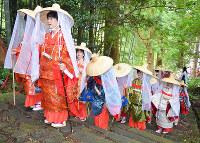 熊野古道・大門坂を進む平安衣装姿の女性参加者たち=和歌山県那智勝浦町で、神門稔撮影