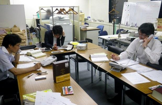 日本労働弁護団が開設した労働電話相談の様子。アルバイトに関する相談も多く寄せられる=東京都内の同弁護団事務所で2015年、東海林智撮影