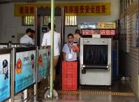 北京市内の地下鉄駅。X線検査機と金属探知のゲートが並び、保安員が待機する=中国北京市朝陽区で2016年9月22日、赤間清広撮影