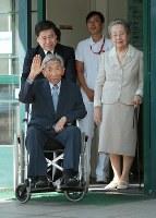 Prince Mikasa leaves St. Luke's International Hospital in Tokyo on Aug. 31, 2012, accompanied by Princess Yuriko. (Pool photo)