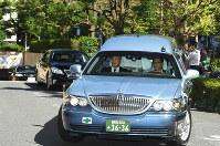 三笠宮さまを乗せて聖路加国際病院を出る車両=東京都中央区で2016年10月27日午前11時5分、丸山博撮影
