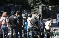 赤坂御用地前に集まった報道陣=東京都港区で2016年10月27日午前11時56分、宮武祐希撮影