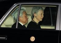 赤坂御用地にお入りになる天皇、皇后両陛下=東京都港区で2016年10月27日午後4時57分、梅村直承撮影