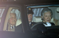 赤坂御用地にお入りになる天皇、皇后両陛下=東京都港区で2016年10月27日午後4時57分、宮武祐希撮影