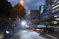 弔問された天皇、皇后両陛下を乗せて赤坂御用地を出る車=東京都港区の赤坂御用地南門で2016年10月27日午後5時7分、宮間俊樹撮影