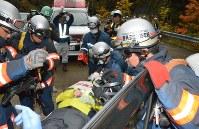 車両内に閉じ込められた被災者を救出する訓練などを行った=小坂町で