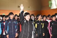 選手宣誓する新潟明訓の吉野主将(中央)=弥彦村麓のサンビレッジ弥彦で