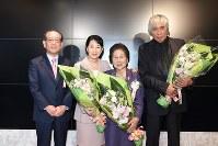 各界から約140人が出席した表彰式。右から、窪島誠一郎さん、中山きくさん、吉永小百合さん、村石久二澄和理事長