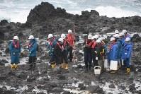積丹半島の海岸で地形を調査する原子力規制委のメンバーら=積丹町で