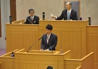 初の議会で質問に答える三反園知事=9月