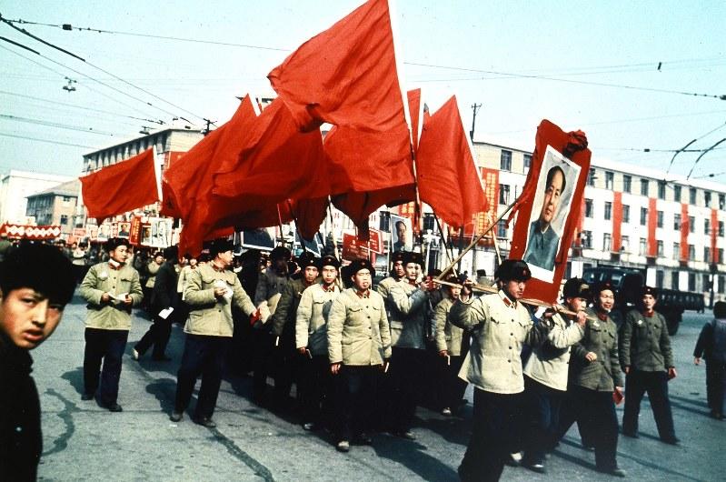 武漢で毛沢東の肖像画を担ぎ、紅旗を掲げながら行進する人民解放軍兵士=1967年1月荒牧万佐行さん撮影