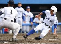 【静岡-至学館】七回裏至学館2死満塁、静岡の池谷投手(左)の暴投で三塁から中根が生還=静岡市駿河区の草薙球場で、木葉健二撮影