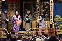 「日本の祭りinながはま」で披露された長浜曳山まつりの子ども歌舞伎=滋賀県長浜市元浜町の曳山博物館広場で2016年10月30日、若本和夫撮影