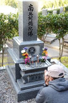 母外志子さんの墓参りをする前多智之さん=金沢市額谷町で、道岡美波撮影