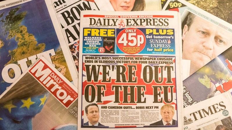 EU離脱決定後の英国の各紙1面=2016年6月27日撮影